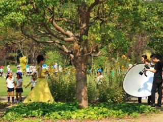 「キレイな服!ねえ、本当に結婚するの?」と園児たち