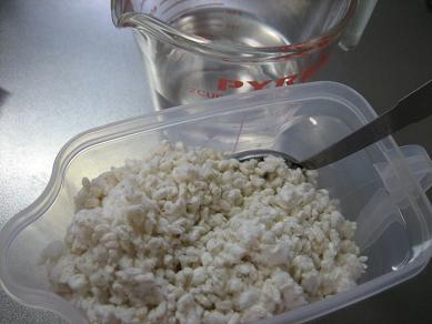 塩と麹を混ぜて・・蓋付き容器に