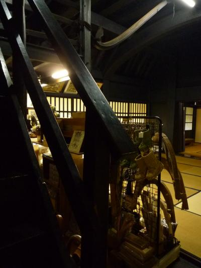 お店と階段