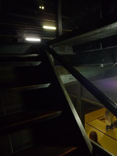 階段から見る1F