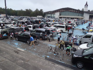 駐車場にはすでにたくさんの車