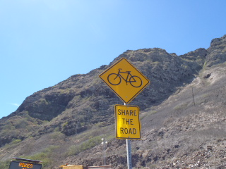 路肩が狭いところはシェア・ザ・ロード