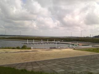 河川敷は強烈な北東の風