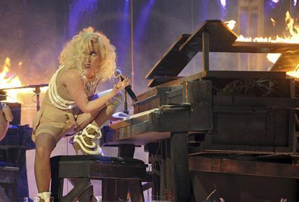lady-gaga-ama-2009-outfit-05.jpg