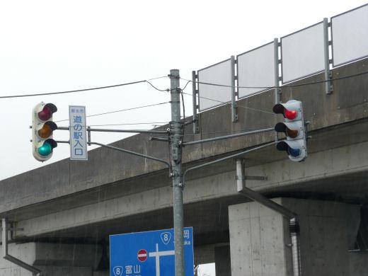 射水市・道の駅入口交差点(立体交差北側東寄り車灯、10.3下旬)