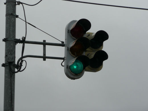 射水市・道の駅入口交差点(立体交差北側従道路北寄り車灯、10.3下旬)