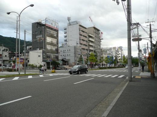 神戸市中央区・阪急春日野道駅北側信号交差点(東向き全景、10.9.1)