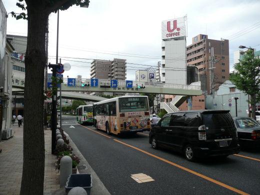 神戸市中央区・加納町歩道橋信号交差点(南向き全景、10.9.1)