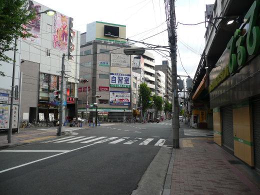 神戸市中央区・琴ノ緒町5丁目高架北側信号交差点(北東向き全景、10.9.1)