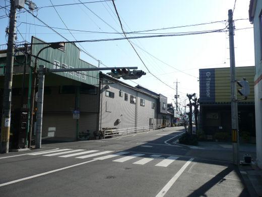 真庭市久世・下町商店街西口信号交差点(南向き全景、10.12上旬)