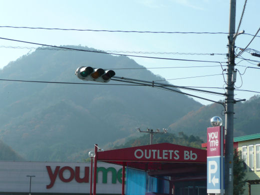 真庭市・ゆめタウン久世東側信号交差点(垂直従道路用車灯その2、10.12上旬)