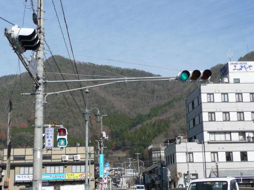 新見市・JR新見駅北信号交差点(北西寄り灯器、10.12上旬)