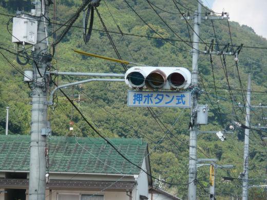 岡山市北区・牧石小学校東側信号交差点(主道路北行き用車灯、10.10中旬)