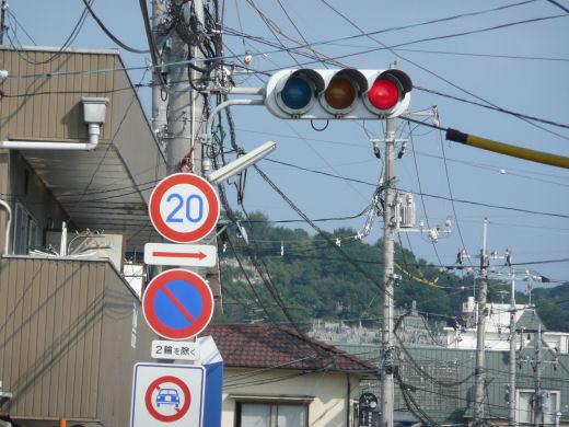岡山市北区・高柳東町信号交差点(南向き従道路用車灯、10.10中旬)