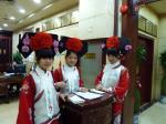 上海 淮海中路 全聚徳 民族衣装でお出迎え