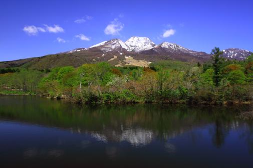 イモリ池に映える初夏の妙高山