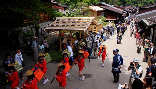 奈良井宿を行くお茶坪道中