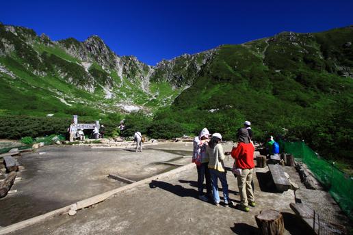 剣ヶ池の広場と宝剣岳