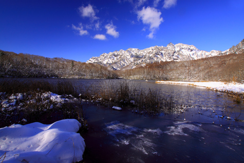 積雪の鏡池・横