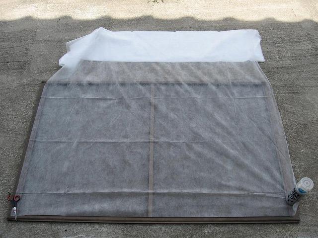 網戸に農業用不織布を重ねる