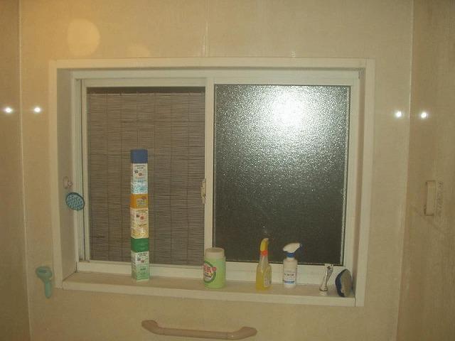 夜間の浴室内窓に網戸とすだれの装着状態