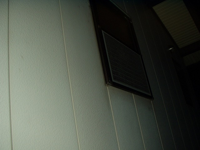 屋外から見た夜の窓