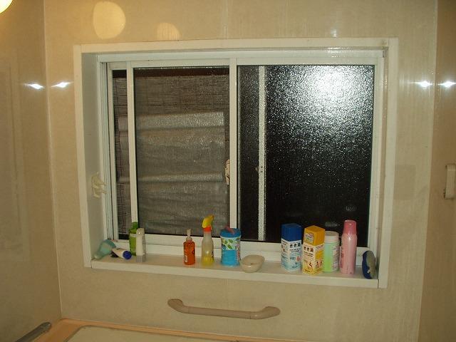 風呂場の窓目隠し現状-1