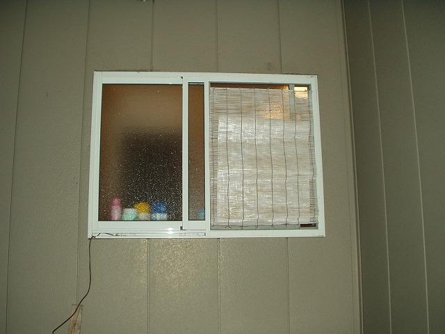風呂場の窓目隠し現状-2屋外から
