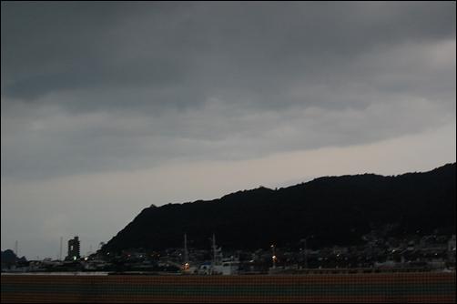 海まで降りてきた雨雲