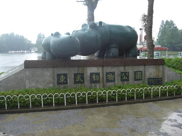 100523-02カバ銅像