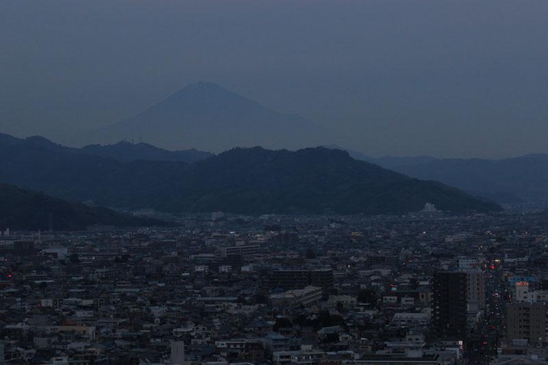 県庁からの富士山 120115