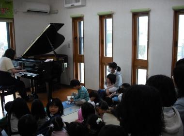 ピアノ弾いてる