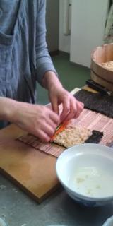 足もみ士たけ_たけろぐ_自然食料理教室にて~かりんの会~村田先生が手巻き寿司の見本をおしえてくださいました
