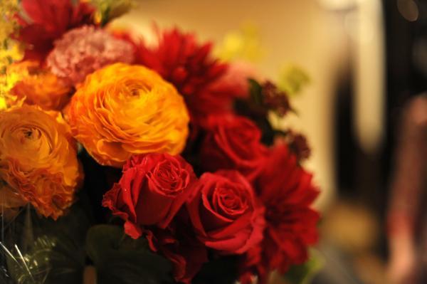 ピアノの上で一緒に歌うバラの花