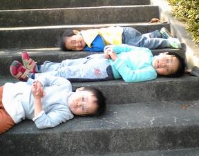 階段で寝そべる