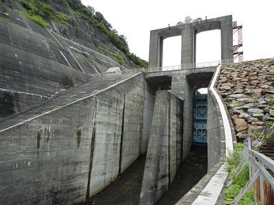 二居ダム 洪水吐