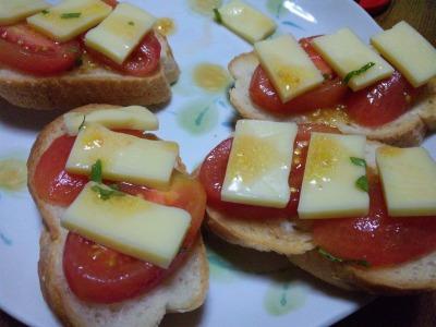完熟トマトとチーズのカナッペ