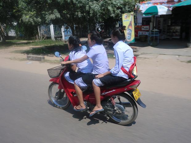 3高校生バイク3人乗り