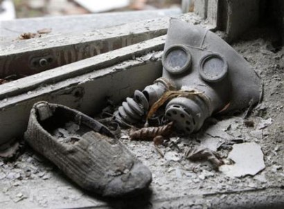 2011-04-07-11-39-36-1-a-gas-mask-and-a-shoe-have-been-pictured-lying-at.jpg