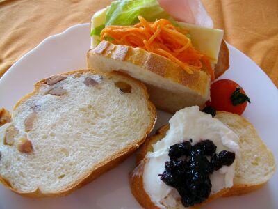 ミルクパンと木の実のパン