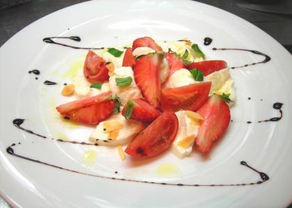 イチゴのカプレーゼ