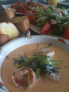 海老と小松菜とほうれん草のクリームシチュー・ささみのソテーアボガドソース・サラダ(温卵のせ)・パン