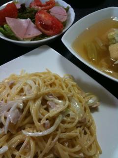 玉ねぎとツナのクリームパスタ・キャベツと油揚げのコンソメスープ・サラダ