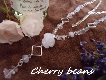 ホワイトジェイドの薔薇ネックレス
