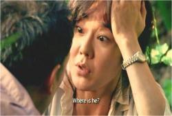 (韓国語で)彼はどこ?