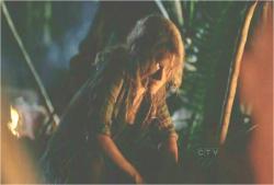 暗黒ロックとジンのやり取りを聞いているクレア