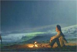 一人、海を見つめているサン
