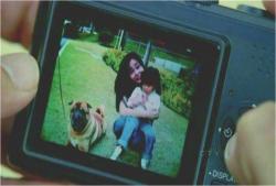 母・サンと一緒に写っているジンの娘