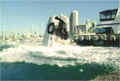 沈んでいく車