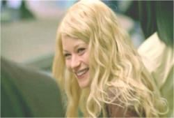 笑っているクレア